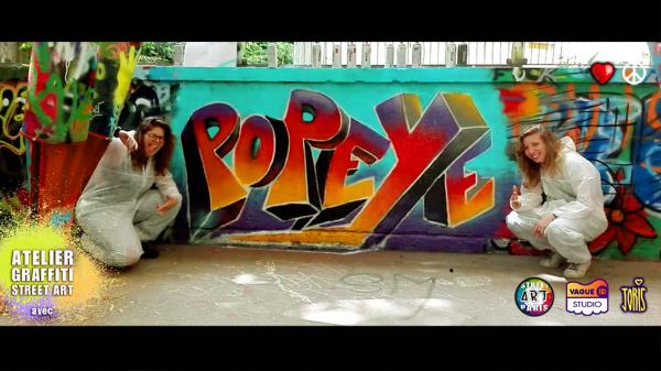 un cours de graffiti à Paris, un Atelier Street Art avec l'Artiste Joris... Sur la photo on peux voir Shaema et Betty et leur super création graffiti très réussie...