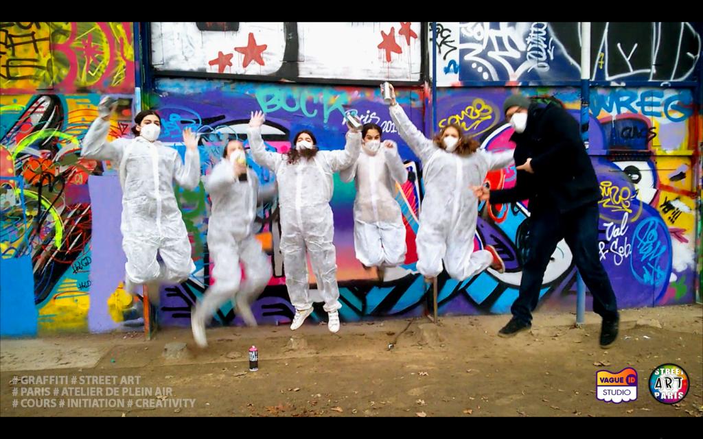 Un cours de graffiti à Paris, un Atelier Street Art avec l'Artiste Joris... Sur la photo on peux voir Laura et ses amis qui sont super heureuses de vivre cette activité...