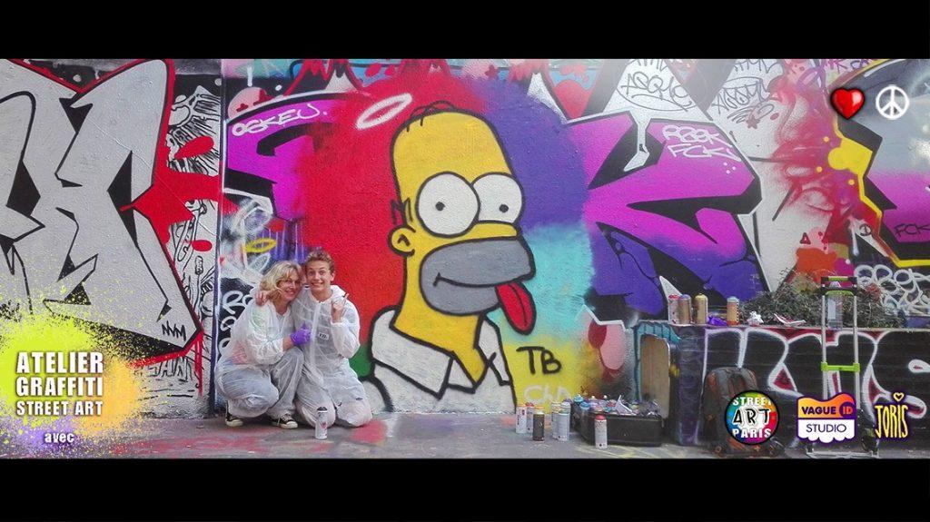Un cours de graffiti à Paris, un Atelier Street Art avec l'Artiste Joris... Sur la photo on peux Christine et Tristan et leur super création graffiti très réussie...